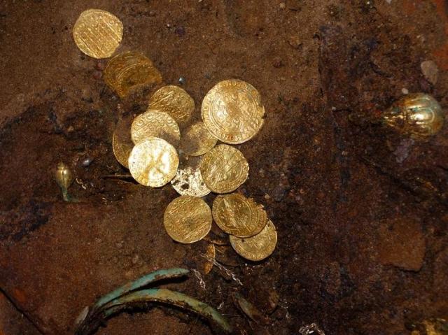 Клад с золотыми монетами обнаружен в польше - новости нумизм.